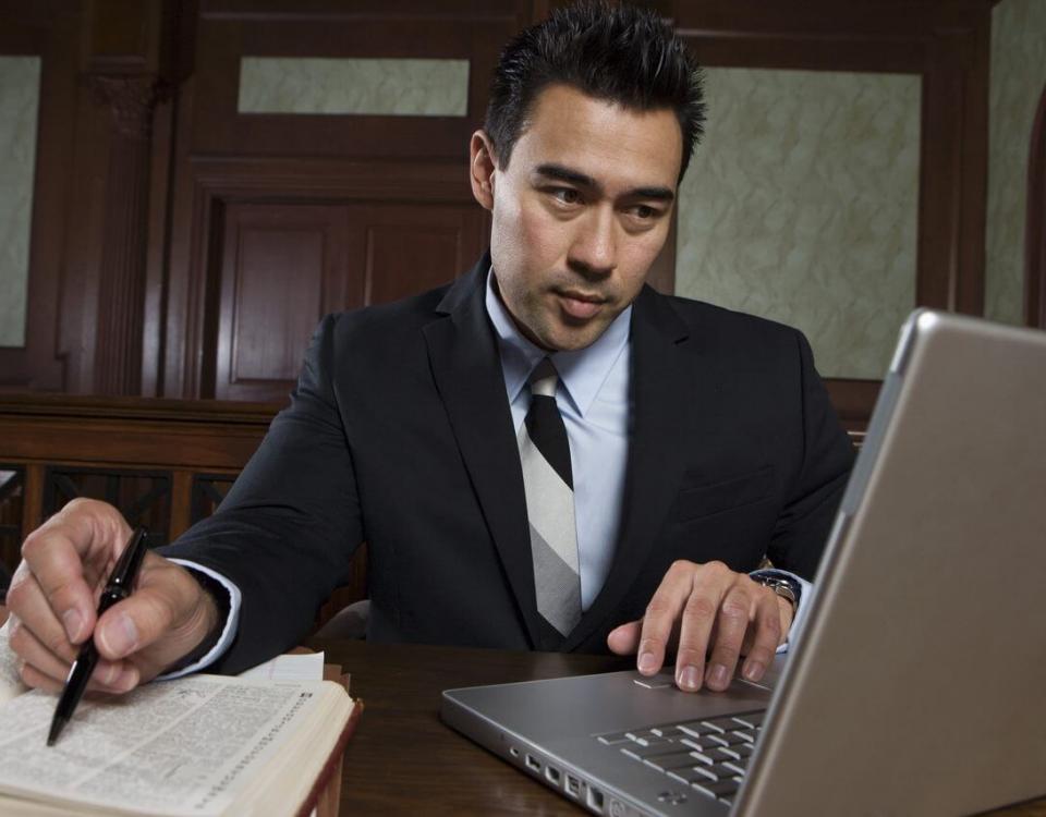 עורך דין מבצע רישומים על נייד